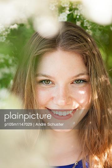 Portrait einer attraktiven jungen Frau - p105m1147029 von André Schuster