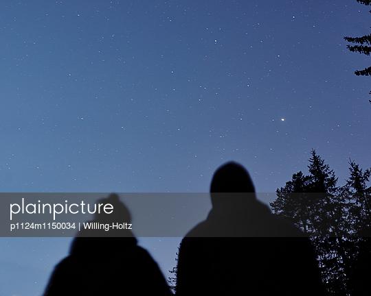 Paar blickt in den Sternenhimmel  - p1124m1150034 von Willing-Holtz