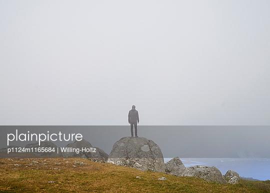 Mann im Nebel - p1124m1165684 von Willing-Holtz