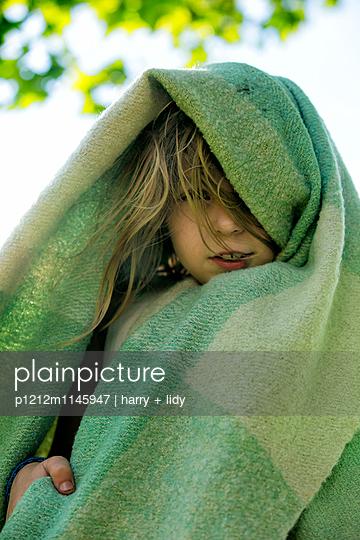 Mädchen eingehüllt in einer Wolldecke  - p1212m1145947 von harry + lidy