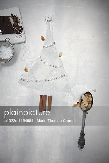 Weihnachtsbaum aus Backzutaten - p1322m1154894 von Marie-Therese Cramer