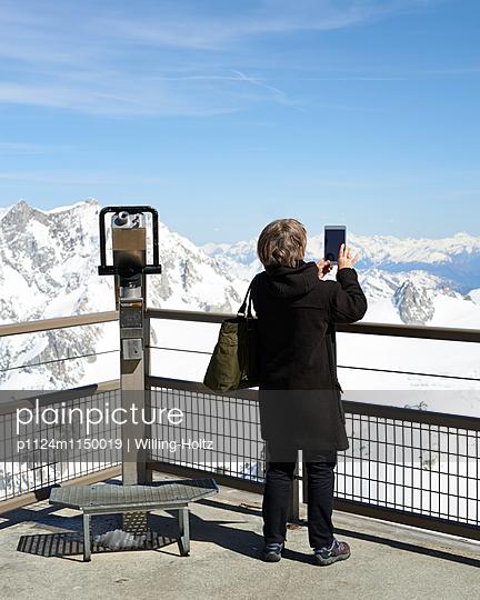 Frau fotografiert Bergpanorama - p1124m1150019 von Willing-Holtz