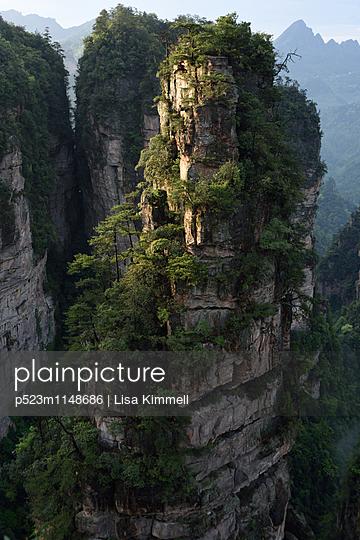 Zhangjiajie National Forest Park, China - p523m1148686 von Lisa Kimmell