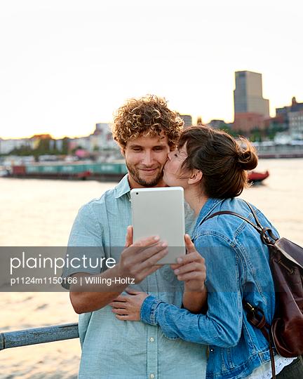 Paar macht Selfie - p1124m1150166 von Willing-Holtz