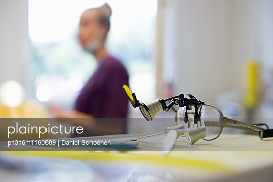 Werkzeug in einer Zahnarztpraxis, Freiburg im Breisgau, Schwarzwald, Baden-Württemberg, Deutschland - p1316m1160889 von Daniel Schoenen