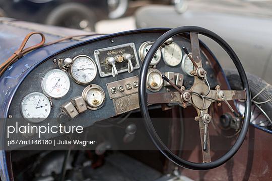 Blechkiste - p877m1146180 von Julia Wagner