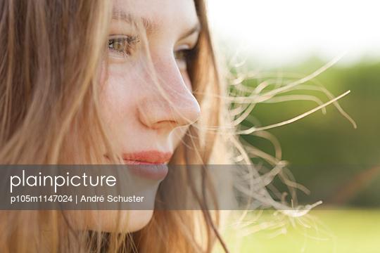 Portrait einer attraktiven langhaarigen Frau im Profil - p105m1147024 von André Schuster