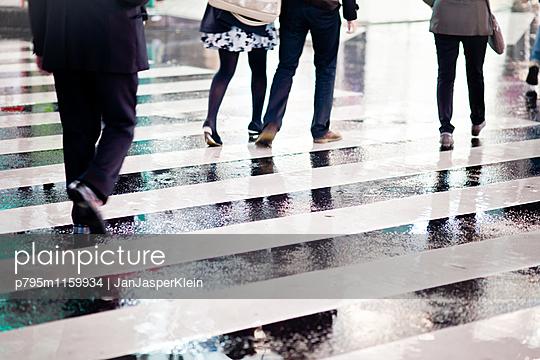 Zebrastreifen bei Regen - p795m1159934 von Janklein
