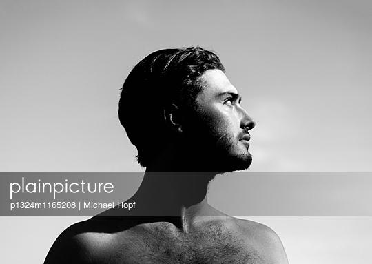 Junger Mann mit nacktem Oberkörper - p1324m1165208 von michaelhopf