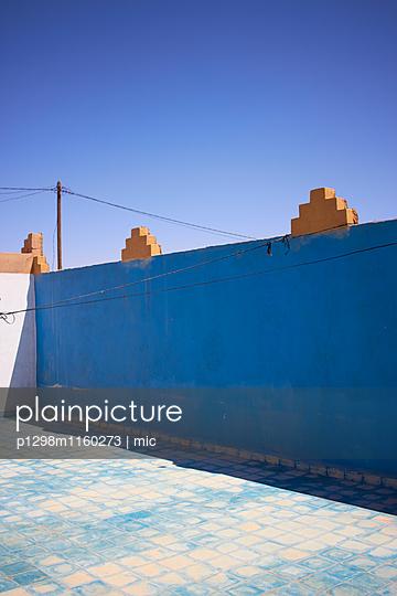 Blaue Wand - p1298m1160273 von mic