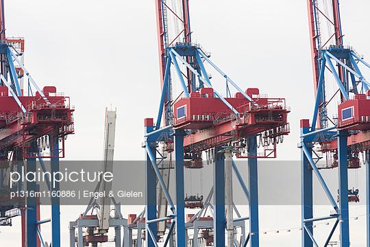 Containerbrücken beim Be- und Entladen des Güterzuges, Hamburg, Deutschland - p1316m1160886 von Engel & Gielen