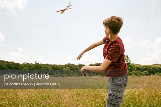 Kind mit Spielflugzeug - p1222m1154536 von Jérome Gerull