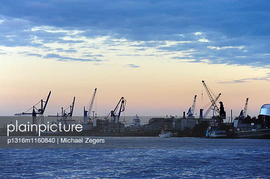 Dämmerung im Hamburger Hafen, Elbe Fluß, Hansestadt Hamburg, Deutschland, Europa - p1316m1160840 von Michael Zegers