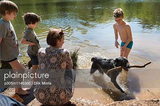 Mit Hund am See - p305m1146300 von Dirk Morla