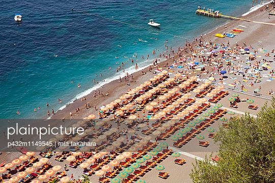 Blick auf den Strand in Positano - p432m1149545 von mia takahara