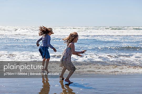 Zwei Mädchen toben am Strand - p756m1158664 von Bénédicte Lassalle