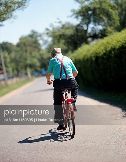 Fahrradfahrer in Sommerhitze, Nahe Kahnfährhafen von Burg-Kauper, Oberspreewald, Biospärenreservat, Spreewald, Brandenburg, Deutschland - p1316m1160395 von Hauke Dressler