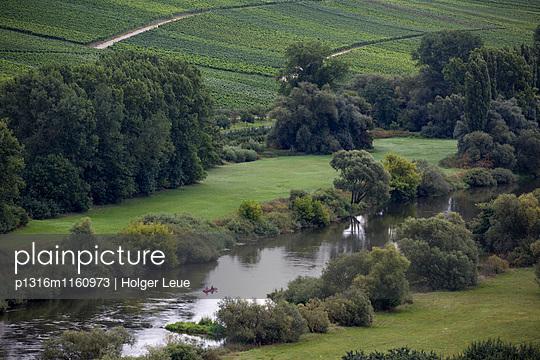 Menschen paddeln Kanu auf Mainschleife vom Fluss Main, nahe Köhler, Franken, Bayern, Deutschland - p1316m1160973 von Holger Leue