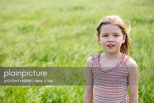 Mädchen steht auf der Wiese - p1212m1145956 von harry + lidy