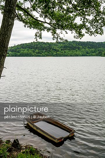 Mit Wasser vollgelaufenes Boot  - p813m1159505 von B.Jaubert