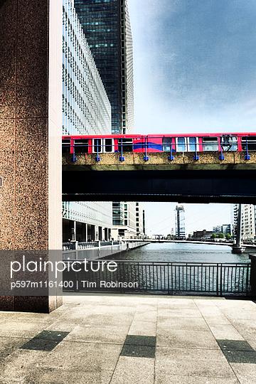 Zug auf einer Brücke im Geschäftsviertel Canary Wharf London - p597m1161400 von Tim Robinson