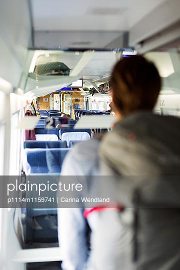 Reisender im Zug - p1114m1159741 von Carina Wendland