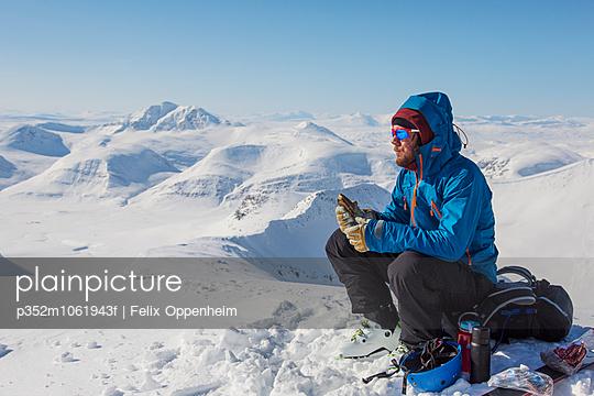 Sweden, Lapland, Man ski mountaineering
