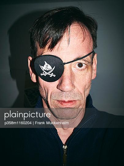 Mann mit Augenklappe als Pirat - p358m1160204 von Frank Muckenheim