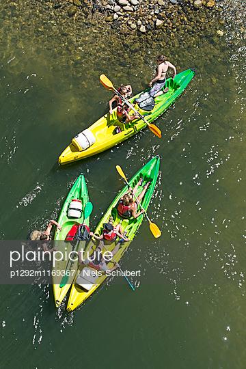 Gruppe Kajakfahrer am Strand - p1292m1169367 von Niels Schubert