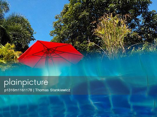 Pool und Sonnenschirm, Insel Mak, Golf von Thailand, Thailand - p1316m1161178 von Thomas Stankiewicz