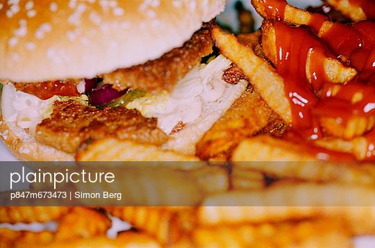 Hamburger withFrench fries andketchup, junk food (Hamburgare med pommes frites och ketchup, snabbmat )