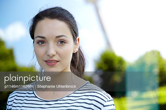 Portrait einer jungen Frau - p1146m1162881 von Stephanie Uhlenbrock