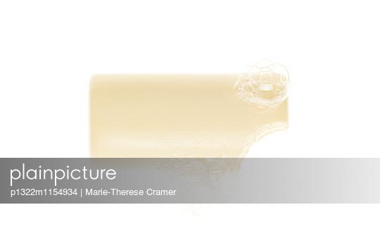 ein angebissenes Stück Seife - p1322m1154934 von Marie-Therese Cramer