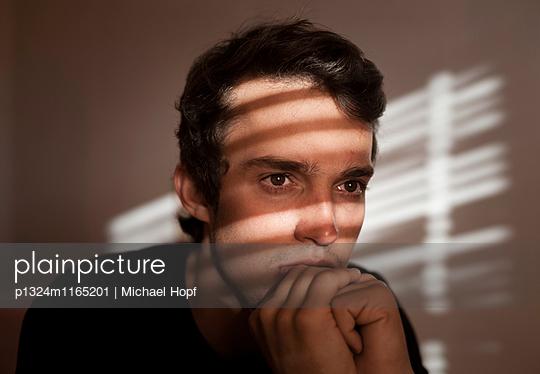 Nachdenklicher junger Mann - p1324m1165201 von michaelhopf