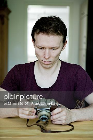 Junger Mann mit alter Kamera - p1221m1150107 von Frank Lothar Lange