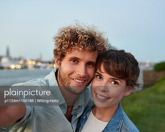Paar macht Selfie - p1124m1150188 von Willing-Holtz