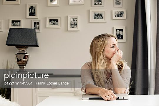 Nachdenkliche Frau mit Laptop - p1221m1149964 von Frank Lothar Lange