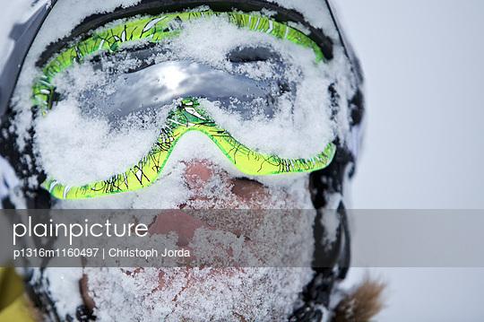 Schneebedecktes Gesicht eines Snowboarders, Chandolin, Anniviers, Wallis, Schweiz - p1316m1160497 von Christoph Jorda