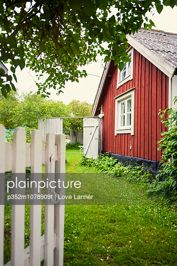 Sweden, Oland, Green yard in front of house