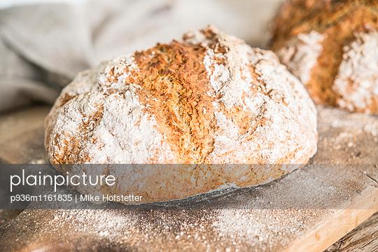 Frisches Brot - p936m1161835 von Mike Hofstetter