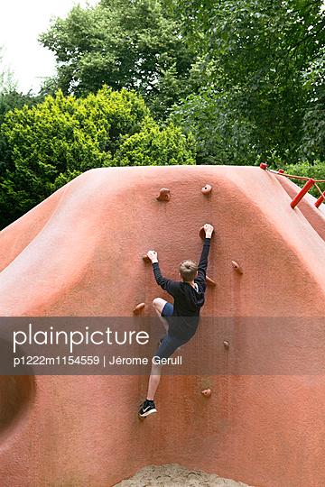 Kind beim klettern - p1222m1154559 von Jérome Gerull