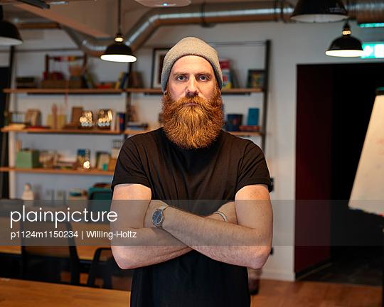 Mann mit Bart und Mütze  - p1124m1150234 von Willing-Holtz