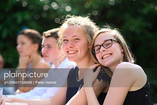 Freundinnen haben Spaß - p1258m1154699 von Peter Hamel