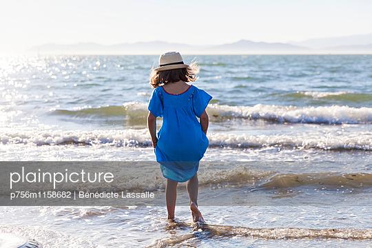Mädchen am Strand - p756m1158682 von Bénédicte Lassalle