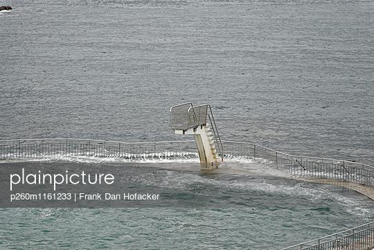 Naturfreibad mit Sprungbrett - p260m1161233 von Frank Dan Hofacker