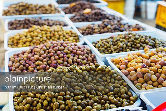 Olives in fresh produce market, Fethiye, Anatolia, Turkey, Asia Minor, Eurasia