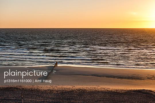 Sandstrand im Sonnenuntergang, Kampen, Sylt, Schleswig-Holstein, Deutschland - p1316m1161000 von Arnt Haug