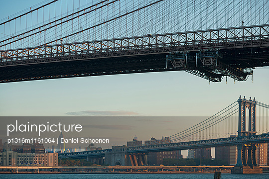 Manhattan Bridge und Empire State Building, Dumbo, Brooklyn, New York, USA - p1316m1161064 von Daniel Schoenen