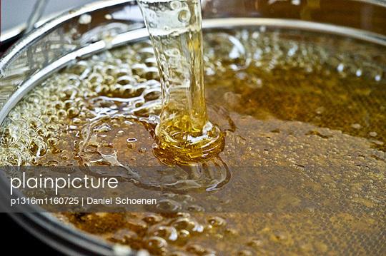 Honig nach der Honigschleuderung, Freiburg im Breisgau, Schwarzwald, Baden-Württemberg, Deutschland - p1316m1160725 von Daniel Schoenen