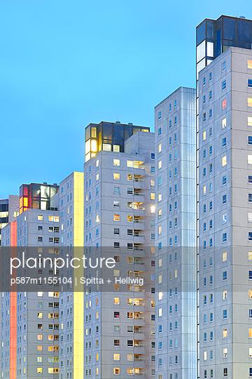 Wohnblock in der Abenddämmerung - p587m1155104 von Spitta + Hellwig